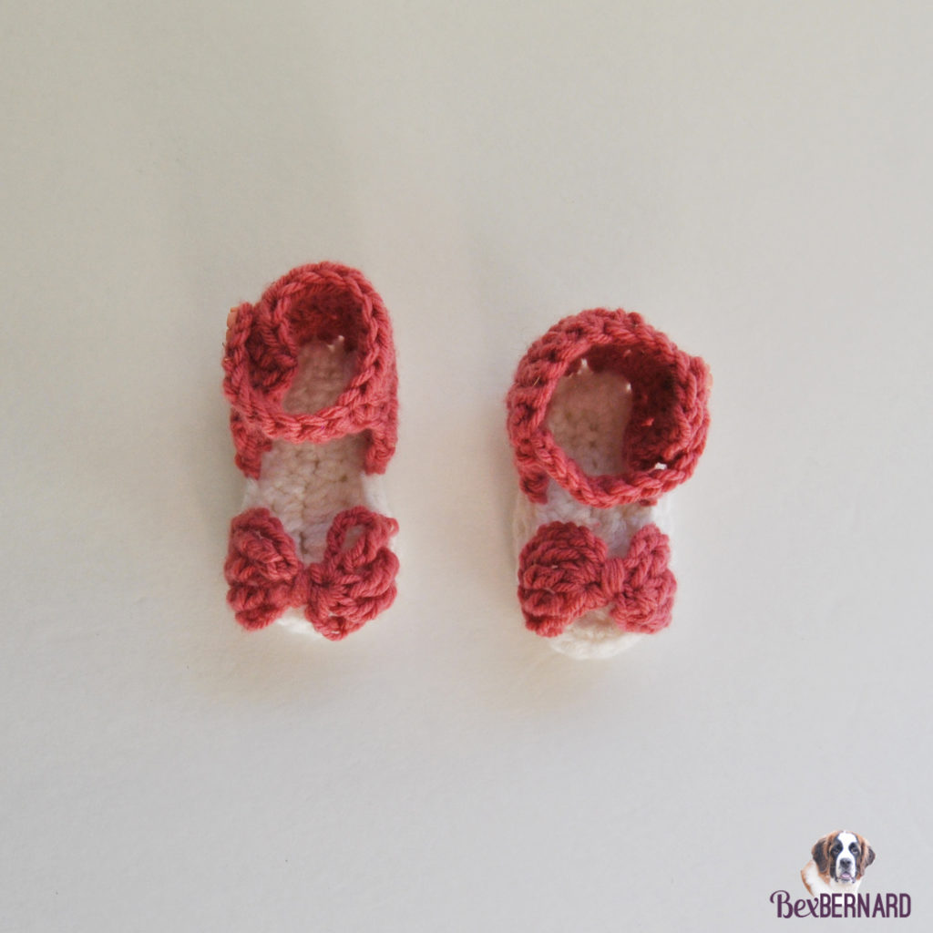 Pink and white knitted hat and sandals with bow. Homemade baby shower gift | bexbernard.com